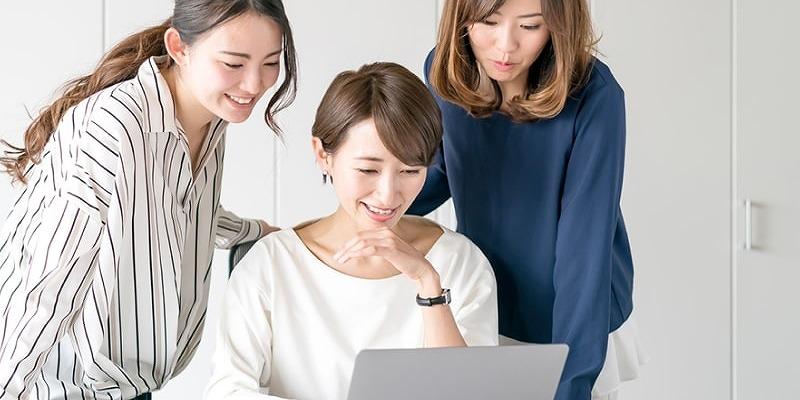 パソコンを見る女性3人