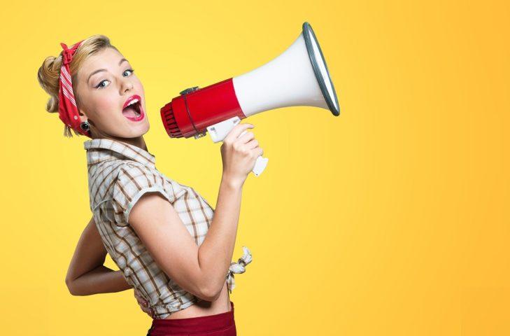 拡声器を持ってしゃべる女性