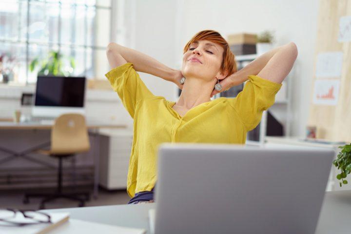 パソコンの前で余裕に浸る女性