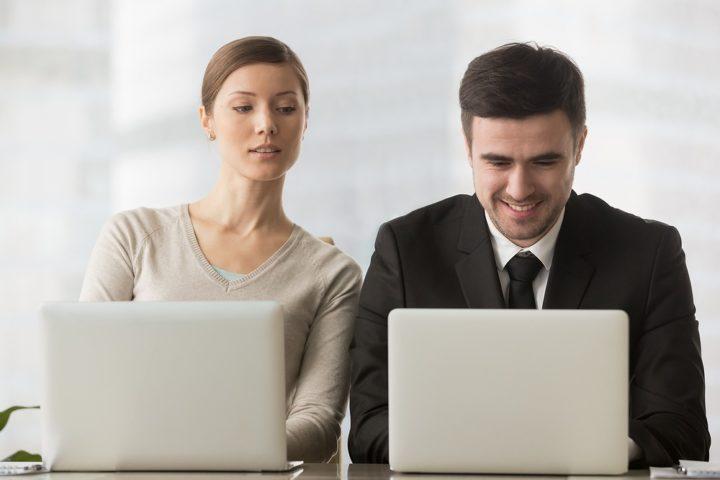 パソコンを覗き見