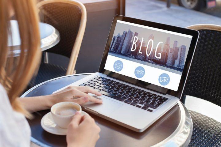 カフェでブログを開く