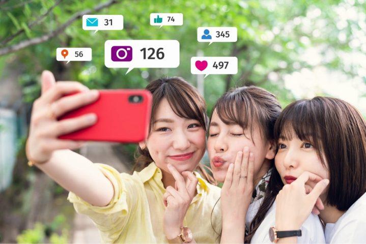 スマホで写真を撮るインフルエンサー女子3人